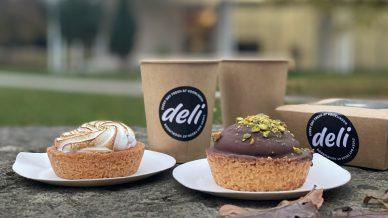 Een citroenmeringue taartje, een chocolade taartje en een koffie to go van Voorlinden Deli