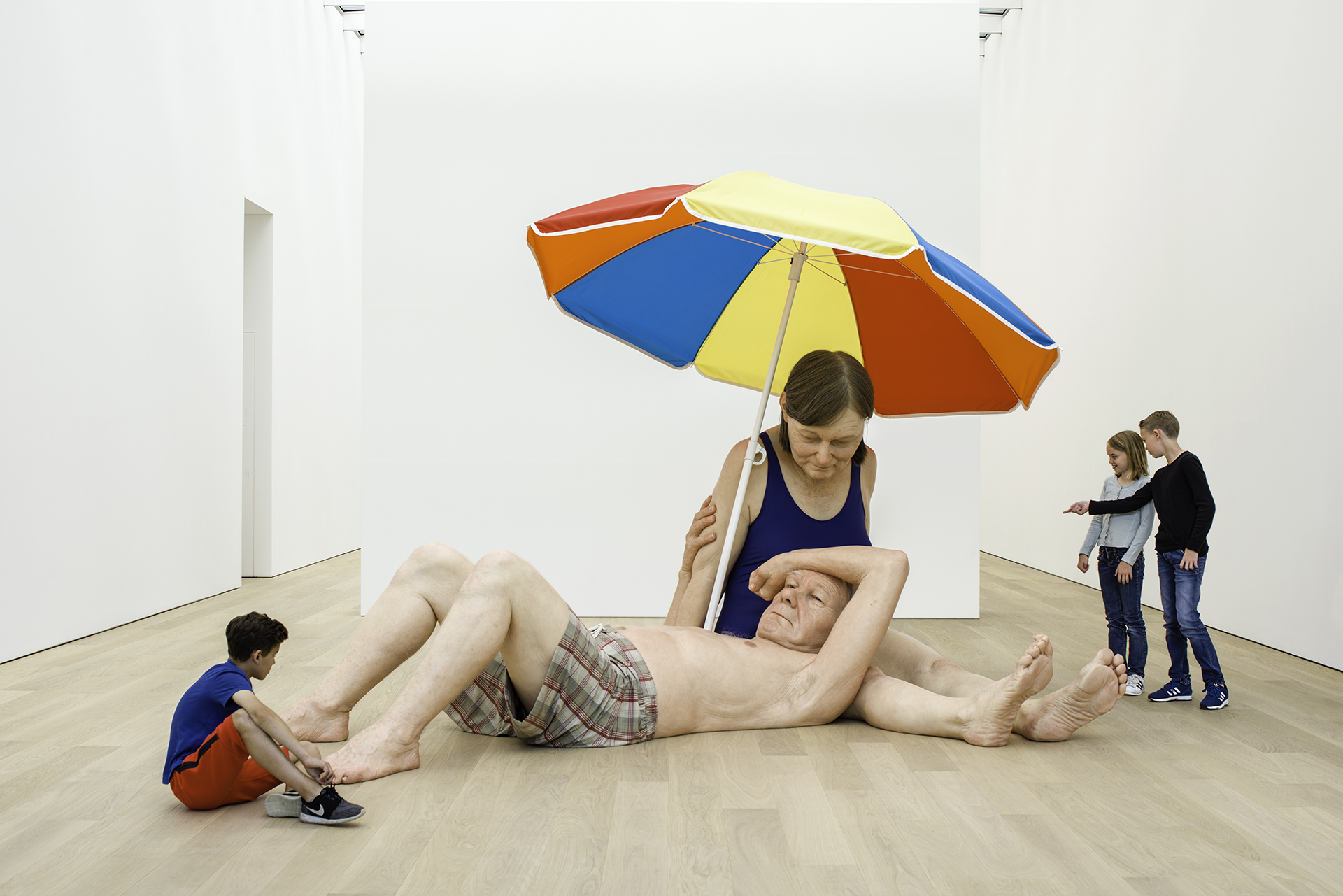 ron-mueck-couple-under-an-umbrella-voorlinden
